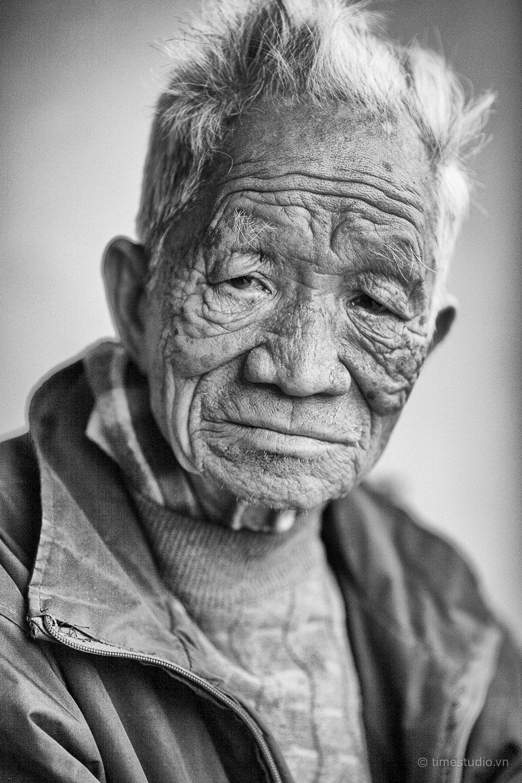 Một người bơm xe ở Hà Nội